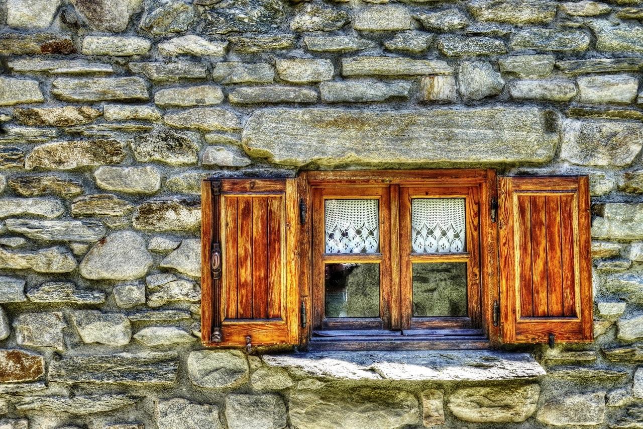 Правильная лакировка дверей и окон дачного дома
